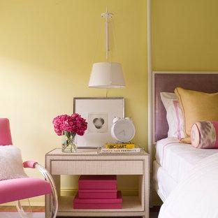 Imagen de habitación de invitados contemporánea con paredes amarillas, moqueta y suelo violeta
