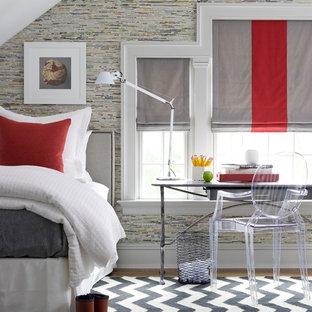 Idée de décoration pour une petite chambre design avec un mur multicolore et un sol noir.