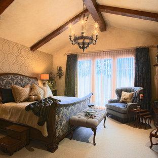 Inspiration för mellanstora klassiska huvudsovrum, med beige väggar, heltäckningsmatta, en standard öppen spis och en spiselkrans i trä