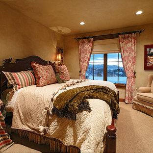 Imagen de dormitorio principal, tradicional, de tamaño medio, sin chimenea, con paredes beige y moqueta