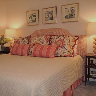 Imagen de habitación de invitados tradicional, de tamaño medio, con paredes azules, moqueta y suelo azul