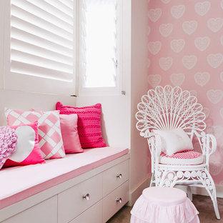 Idée de décoration pour une chambre avec moquette style shabby chic avec un mur rose et aucune cheminée.