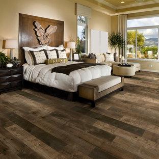 ロサンゼルスの大きいコンテンポラリースタイルのおしゃれな主寝室 (ベージュの壁、クッションフロア、暖炉なし、茶色い床) のインテリア