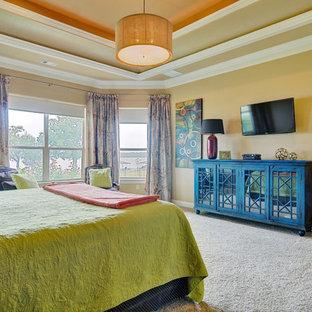 Ejemplo de dormitorio principal, clásico renovado, de tamaño medio, con moqueta, chimenea de esquina, marco de chimenea de baldosas y/o azulejos y paredes amarillas
