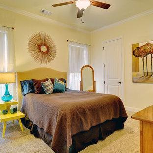 Modelo de habitación de invitados tradicional renovada, de tamaño medio, con paredes beige y moqueta
