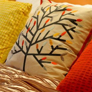 На фото: с высоким бюджетом хозяйские спальни среднего размера в стиле модернизм с оранжевыми стенами и ковровым покрытием