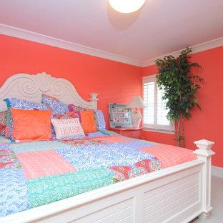 Esempio di una grande camera matrimoniale tropicale con pareti rosse, moquette e nessun camino