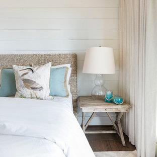 Foto di una camera matrimoniale stile marino con pareti bianche e parquet scuro