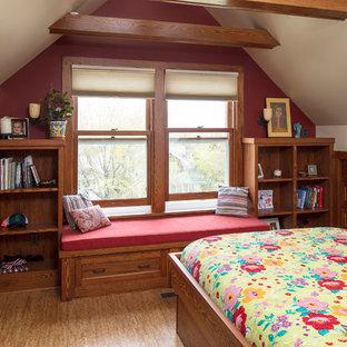 Mittelgroßes Klassisches Gästezimmer mit weißer Wandfarbe, braunem Boden und Korkboden in Minneapolis