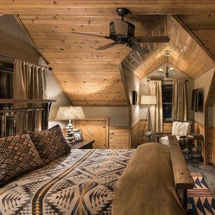 Стильный дизайн: маленькая гостевая спальня в стиле рустика с коричневыми стенами, полом из сланца и серым полом без камина - последний тренд