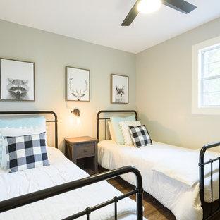 ダラスの中サイズのラスティックスタイルのおしゃれなゲスト用寝室 (グレーの壁、濃色無垢フローリング、暖炉なし、茶色い床) のレイアウト
