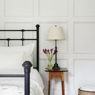 ボストンのカントリー風おしゃれな客用寝室 (無垢フローリング、パネル壁)