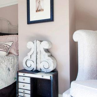 На фото: гостевая спальня среднего размера в стиле шебби-шик с розовыми стенами и ковровым покрытием без камина с