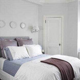 Aménagement d'une chambre d'amis classique avec un mur gris et un sol en bois foncé.