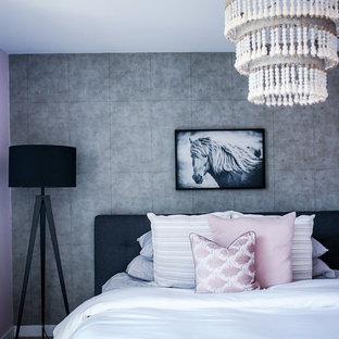На фото: со средним бюджетом хозяйские спальни среднего размера в стиле модернизм с серыми стенами, ковровым покрытием и серым полом