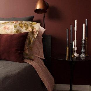 Идея дизайна: маленькая хозяйская спальня в стиле фьюжн с красными стенами и бетонным полом