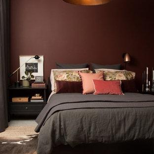 Modelo de dormitorio principal, bohemio, con paredes rojas y suelo de cemento