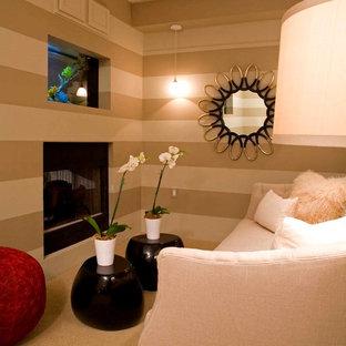 Immagine di un'ampia camera da letto stile loft chic con pareti multicolore e camino bifacciale