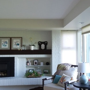 Diseño de dormitorio principal, clásico, grande, con paredes blancas, suelo de madera clara, chimenea tradicional, marco de chimenea de ladrillo y suelo beige