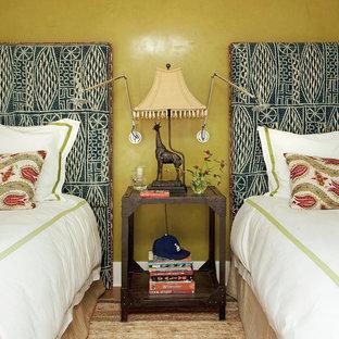 Modelo de habitación de invitados clásica renovada, de tamaño medio, sin chimenea, con paredes amarillas y suelo de madera en tonos medios
