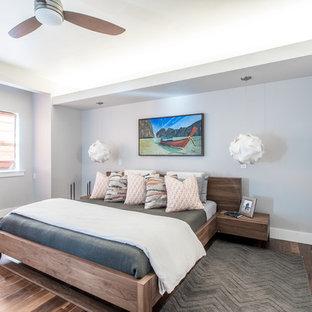 デンバーの大きいコンテンポラリースタイルのおしゃれな主寝室 (グレーの壁、濃色無垢フローリング、暖炉なし、茶色い床)