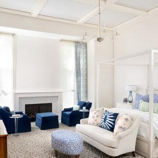 Стильный дизайн: хозяйская спальня в стиле современная классика с белыми стенами, ковровым покрытием, стандартным камином, фасадом камина из плитки, разноцветным полом и кессонным потолком - последний тренд