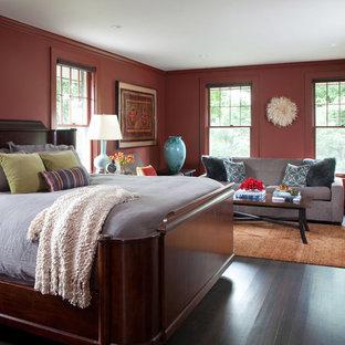 Foto di una grande camera matrimoniale chic con pareti rosse, parquet scuro e pavimento marrone