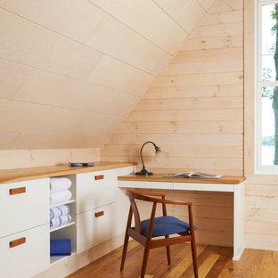 Foto di una camera da letto moderna con pavimento in legno massello medio