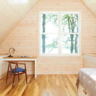 Foto di una camera da letto minimalista con pavimento in legno massello medio