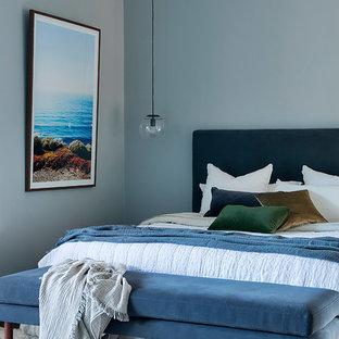 Modelo de dormitorio principal, contemporáneo, grande, con paredes grises, moqueta, chimenea tradicional, marco de chimenea de ladrillo y suelo gris