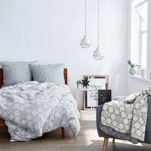 Diseño de dormitorio principal, nórdico, pequeño, sin chimenea, con paredes blancas, suelo de madera pintada y suelo gris