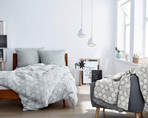Kleines Skandinavisches Hauptschlafzimmer Ohne Kamin Mit Weißer Wandfarbe,  Gebeiztem Holzboden Und Grauem Boden