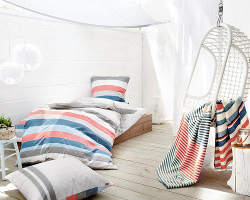 Kleines Maritimes Gästezimmer Ohne Kamin Mit Weißer Wandfarbe, Gebeiztem  Holzboden Und Grauem Boden In Sonstige