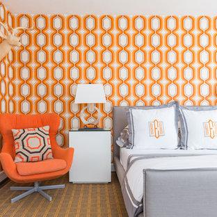 Imagen de dormitorio tradicional renovado con parades naranjas