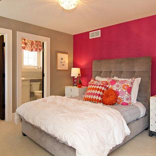 Ejemplo de habitación de invitados tradicional renovada, de tamaño medio, sin chimenea, con paredes rosas y moqueta