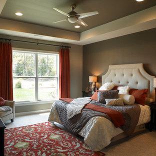 Ejemplo de dormitorio principal, tradicional renovado, de tamaño medio, sin chimenea, con moqueta y paredes verdes