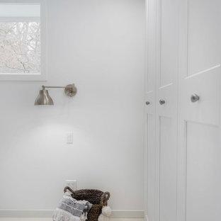 Idee per una camera matrimoniale stile marino di medie dimensioni con pareti bianche, pavimento in cemento e pavimento bianco