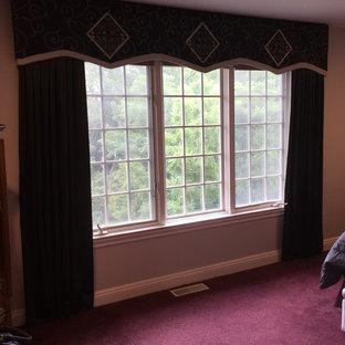 Modelo de dormitorio principal, clásico, grande, sin chimenea, con paredes grises, moqueta y suelo rojo