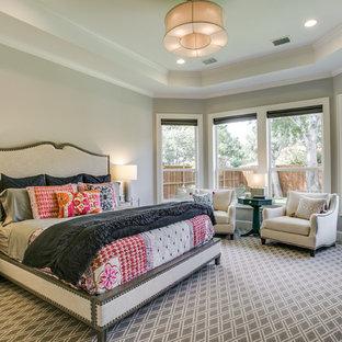 ダラスの中サイズのトラディショナルスタイルのおしゃれな主寝室 (グレーの壁、カーペット敷き、グレーの床、暖炉なし) のレイアウト