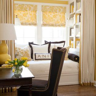 Exempel på ett klassiskt huvudsovrum, med gula väggar och mörkt trägolv