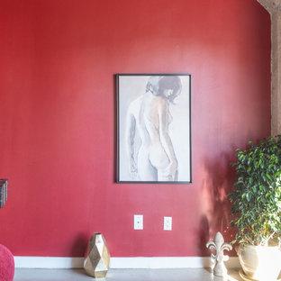 Foto de dormitorio tipo loft, ecléctico, pequeño, sin chimenea, con paredes rojas, suelo de cemento y suelo gris