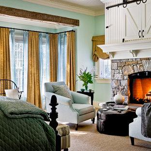 Ejemplo de dormitorio tradicional con marco de chimenea de piedra y chimenea tradicional