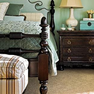 Aménagement d'une chambre avec moquette classique avec un mur bleu.