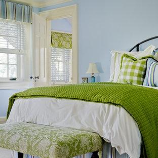 Exempel på ett klassiskt sovrum, med blå väggar