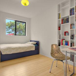 Exempel på ett modernt sovrum, med bambugolv och vita väggar