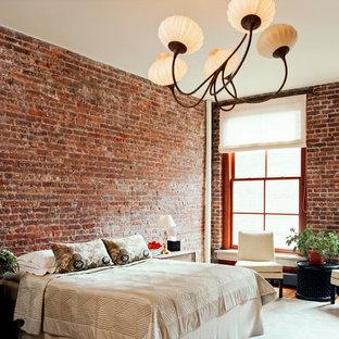 Ispirazione per una grande camera matrimoniale industriale con parquet chiaro e pareti rosse