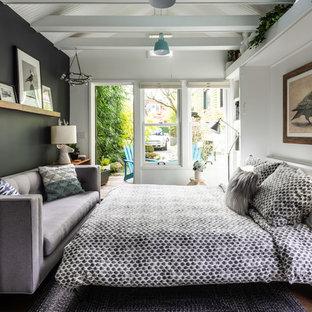 シアトルの小さいコンテンポラリースタイルのおしゃれな客用寝室 (白い壁、コルクフローリング、茶色い床) のインテリア