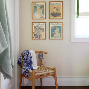 トロントの小さいビーチスタイルのおしゃれな客用寝室 (ベージュの壁、濃色無垢フローリング、茶色い床) のインテリア