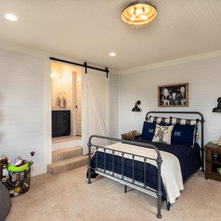 Diseño de habitación de invitados de estilo de casa de campo, de tamaño medio, con paredes azules, moqueta, chimenea tradicional, marco de chimenea de ladrillo y suelo beige