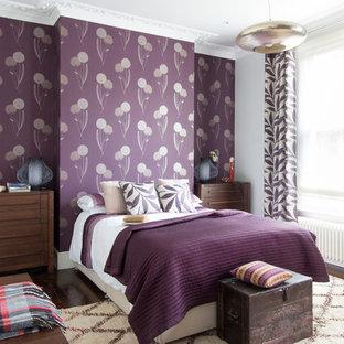 Immagine di una grande camera matrimoniale classica con pareti viola e parquet scuro